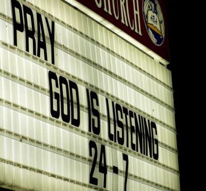 Juist nu religieuze gekken moorden, moeten we bidden