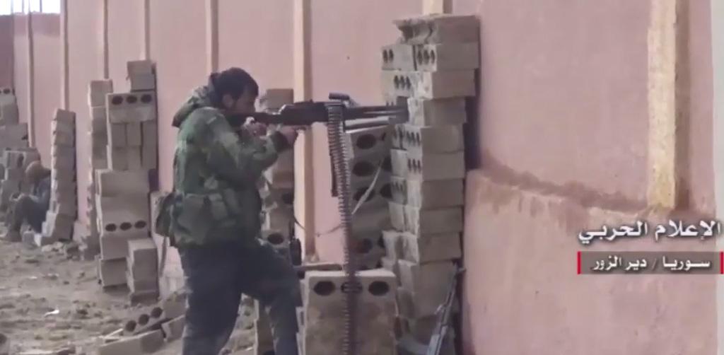 Een militair van het Syrische leger (SAA) verdedigt Deïr ez-Zor tegen IS